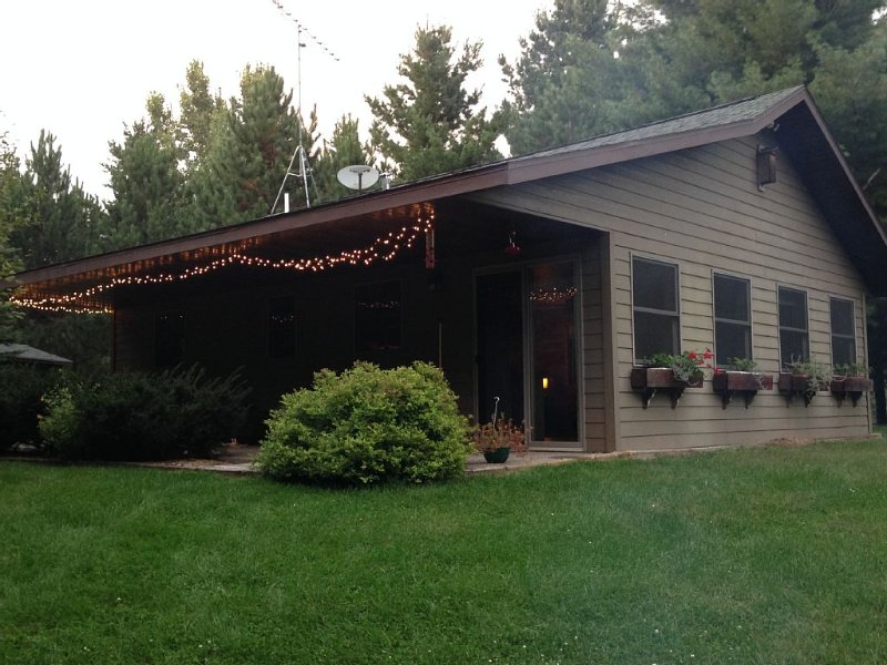 Cozy lil' Cottage is nestled in rolling hills and peaceful pines, holiday rental in Grantsburg