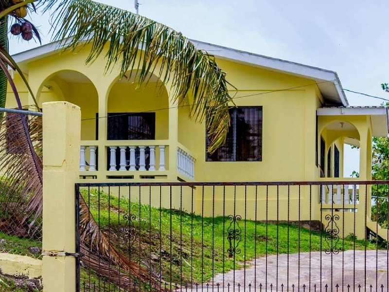 Beautiful 2 Bedroom Home On Hilltop In Santa Elena Cayo, Belize, alquiler de vacaciones en Unitedville