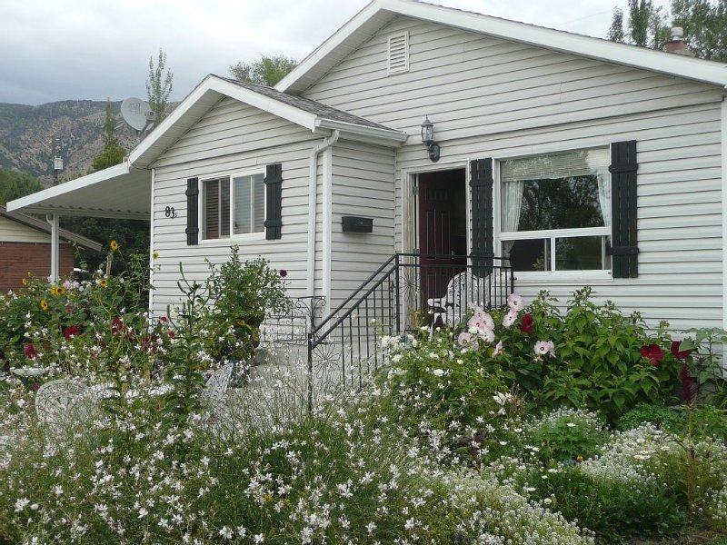 Beautiful small Garden Surrounding This Little Home. Clean and Comfortable., holiday rental in Garland