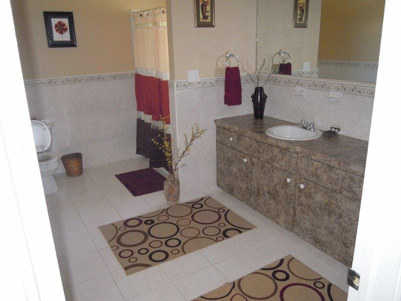 Très spacieuse salle de bains, relié à la chambre principale