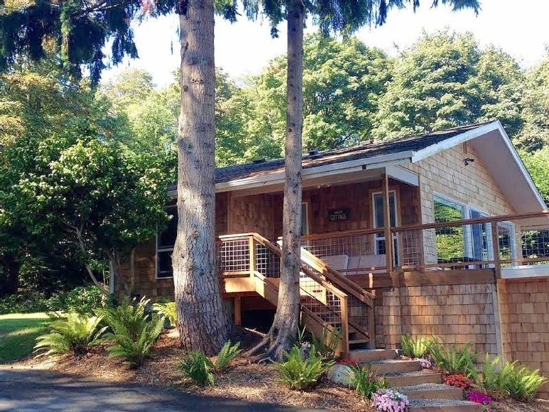 Charming Cottage With A Grand View Overlooking Puget Sound And Cascade Mountains, location de vacances à Bainbridge Island