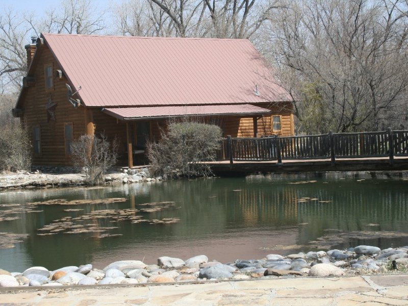 Country getaway nestled in a serene and private wooded estate., holiday rental in Flora Vista