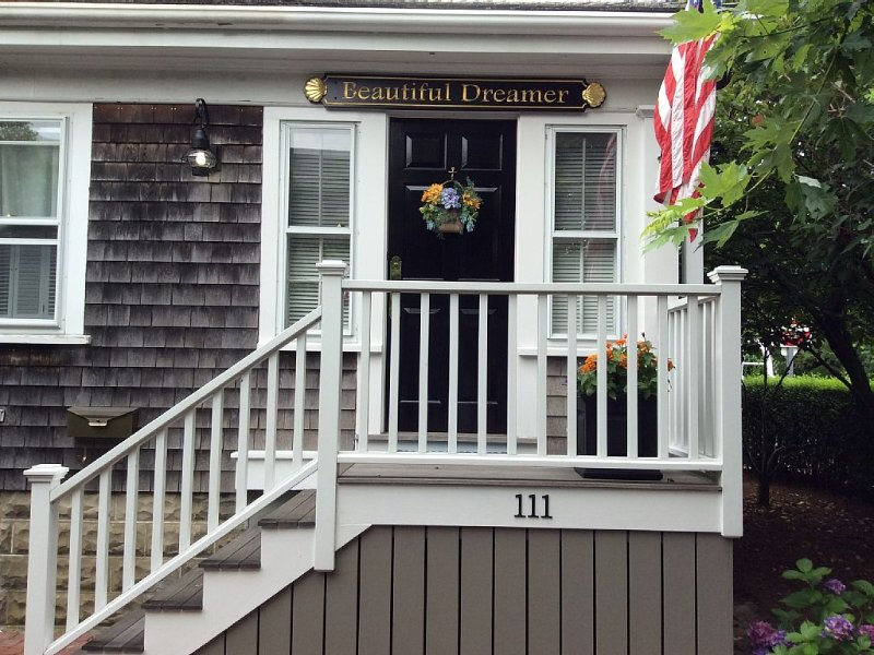 WEDDING PARTY WELCOME! Walk to MAIN ST,TWO BEAUTIFUL HOMES ON LARGE in TOWN PROP, aluguéis de temporada em Nantucket