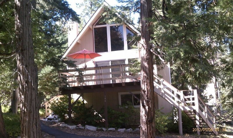 Walk to village & private dock from Delightful 3Bdr, 2Ba, w/large loft. Sleep 10, alquiler de vacaciones en Lake Arrowhead