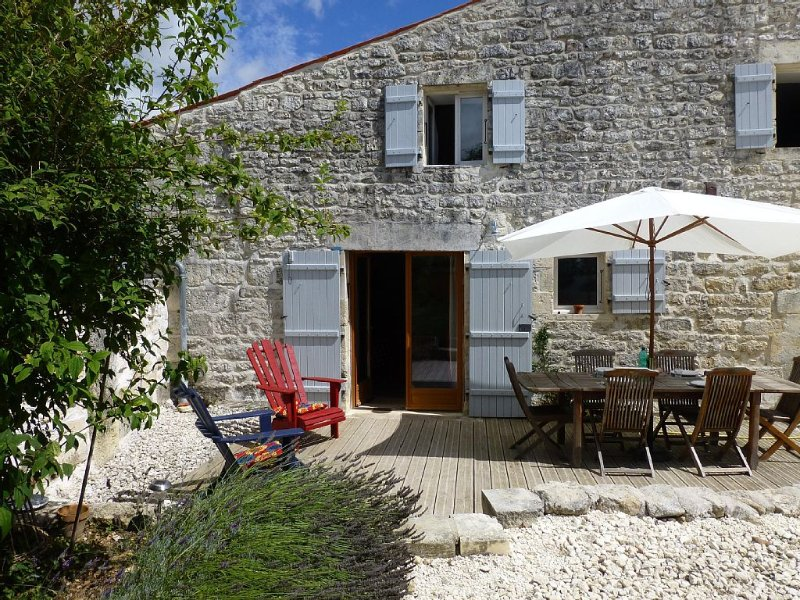 Renovated Cottage With Swimming Pool in a Quiet Rural Setting, holiday rental in Saint-Savinien
