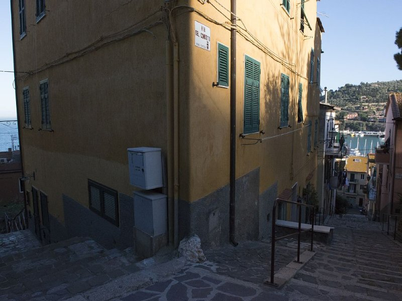 Nuovissimo Bilocale di pregio, centralissimo con camera, cameretta e soppalco, aluguéis de temporada em Porto Santo Stefano