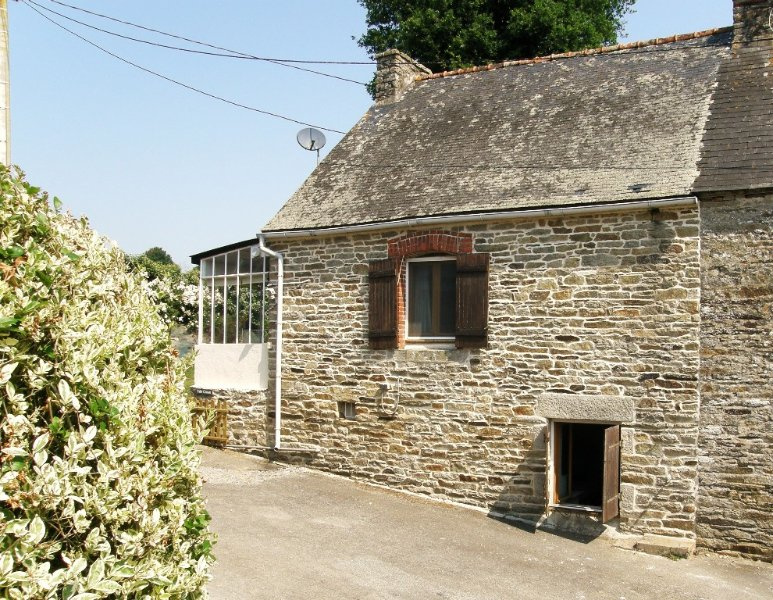 Pretty cottage in peaceful location near Medieval Josselin, location de vacances à Lanouée
