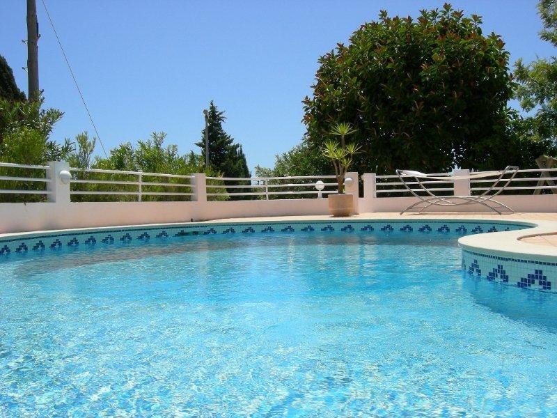 Large sunny villa, private pool & garden, great sea views, aluguéis de temporada em Luz