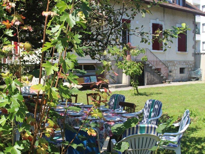 Belle villa 4* savoyarde typique avec grand jardin à 4 minutes à pieds du lac, aluguéis de temporada em Haute-Savoie