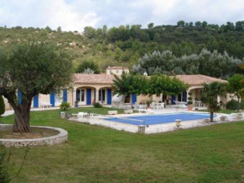 Entre Aix et Marseille, trés calme, grand jardin et piscine, location de vacances à Meyreuil
