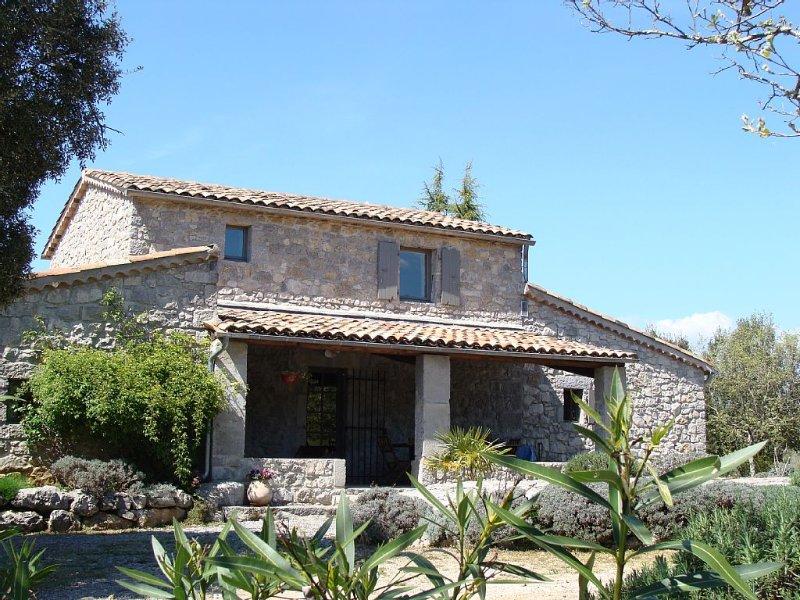 Maison ancienne en pierres, tout confort, calme, a 1 km de la rivière, 3 étoiles, aluguéis de temporada em Ardeche