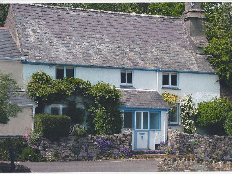 Delighful family owned, grade II listed cottage, 3 bedrooms - sleeps 7, vacation rental in Totnes