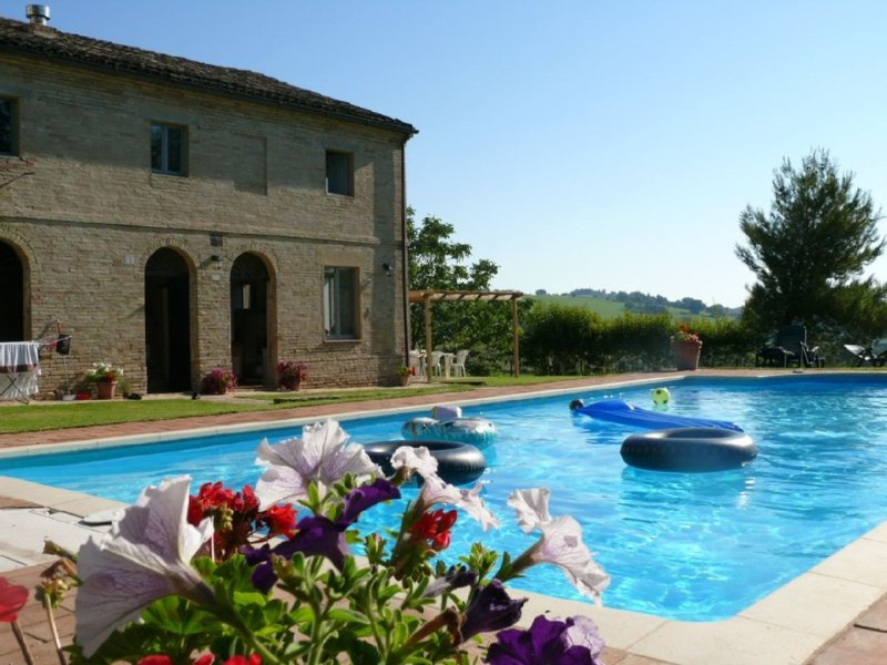 Beautiful restored villa with pool and magnificent views, vacation rental in Corridonia