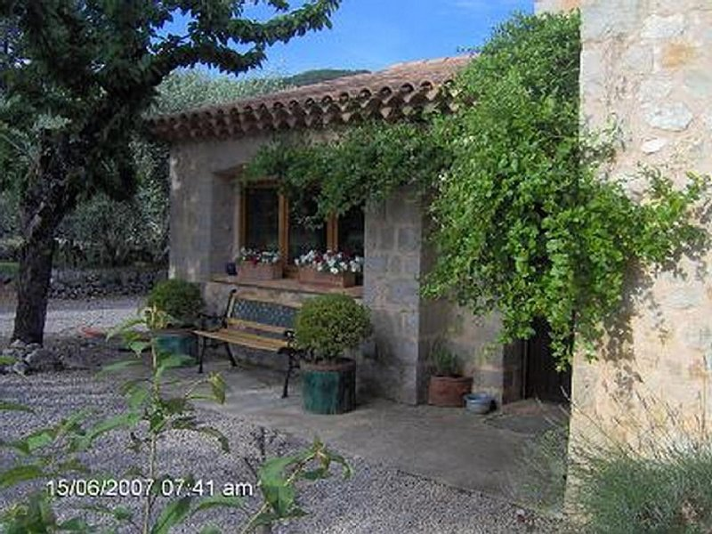 Traditional Provencal stone villa, with pool, set in the countryside., location de vacances à Caille
