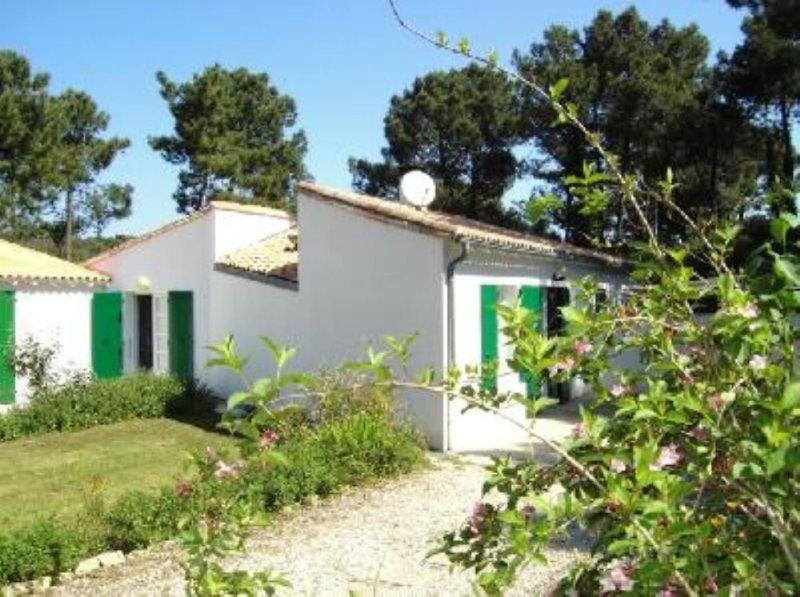 Maison charmante avec jardin à 400m de la mer à ile de ré au calme porf 2pers., holiday rental in Rivedoux-Plage
