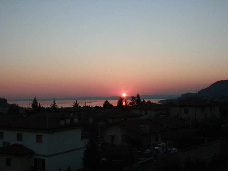 Appartamento luminoso con piscina con terrazzo vista lago, holiday rental in Lake Garda