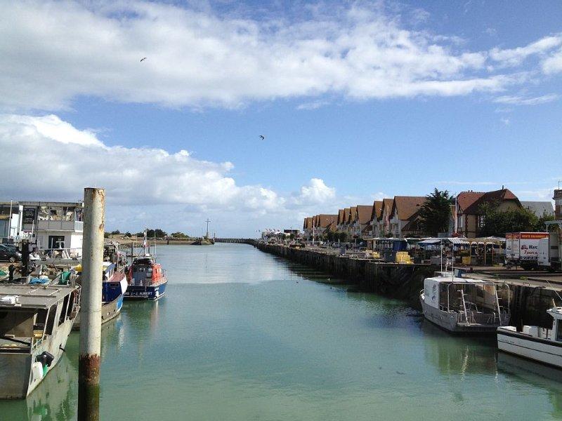 Vue idéale sur le port et la mer, appartement très calme et très confortable, alquiler de vacaciones en Calvados