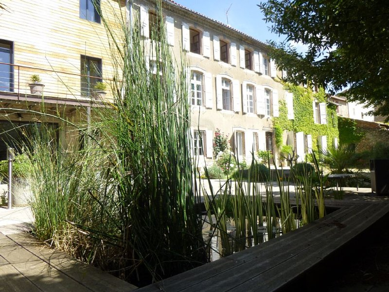 Grande maison de charme avec 2 piscines dans parc arboré, 10 ch, 24 couchages, holiday rental in Saint Martin de Villereglan