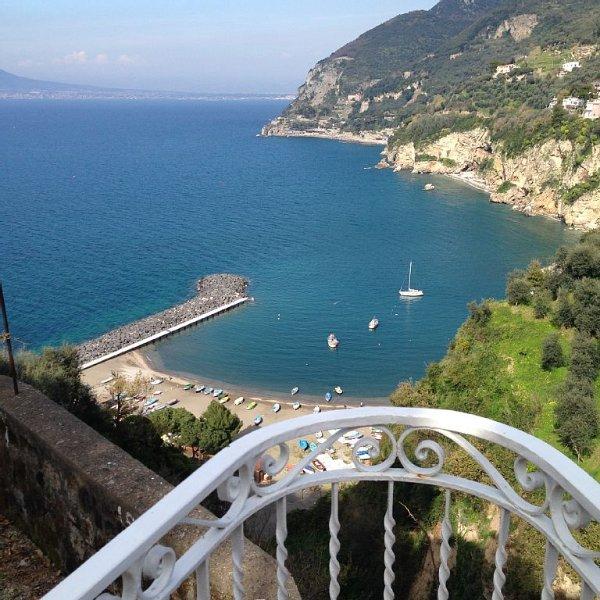 Dimora tipica con terrazzo vivibile e vista aperta sul Golfo di Napoli e Vesuvio, holiday rental in Vico Equense