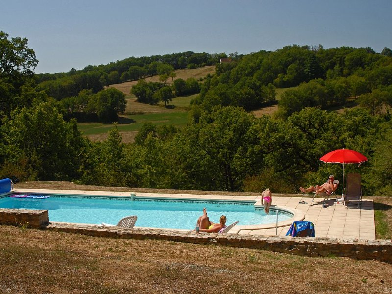 Country House,Mature Private Gardens &Heated Pool, nr Lot&Dordogne river valleys, location de vacances à Montfaucon