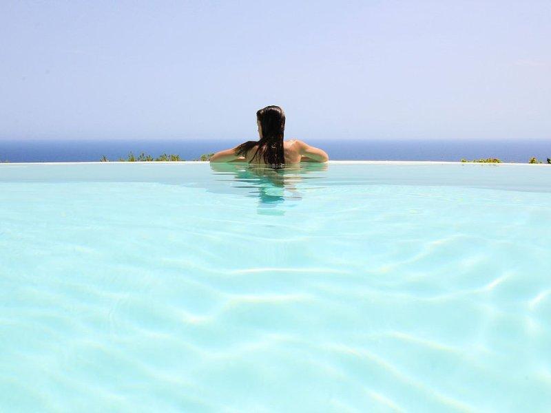 Piscina com vista para o mar