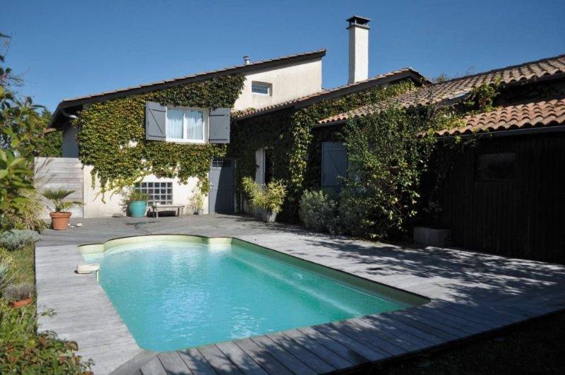 Grande maison avec Piscine en gironde proche de Bordeaux, casa vacanza a Sadirac