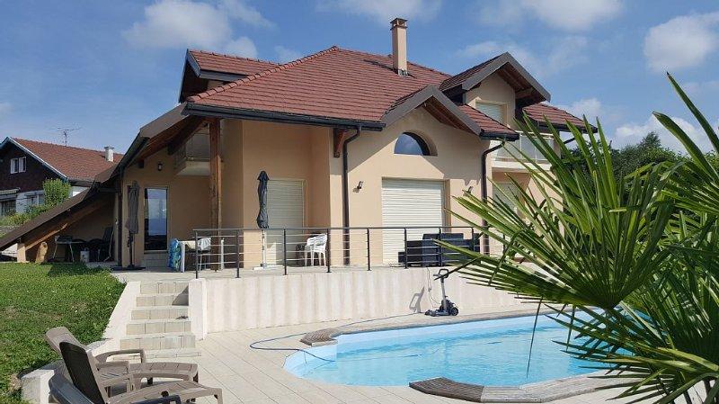 A 5km du lac d'Annecy, grande villa avec piscine, terrasses et jardin clôturé, holiday rental in Vallieres