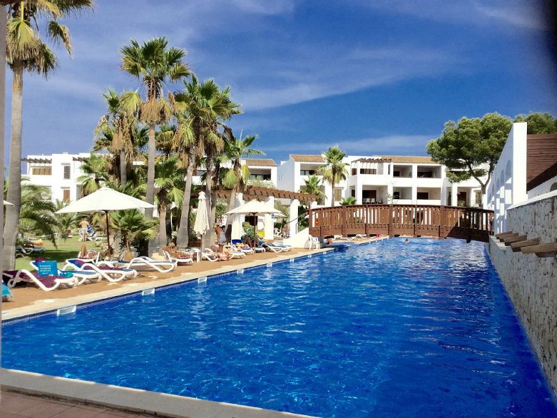 Top Quality Ground Floor Apartment with Large Patio and Private Garden, holiday rental in Santanyi