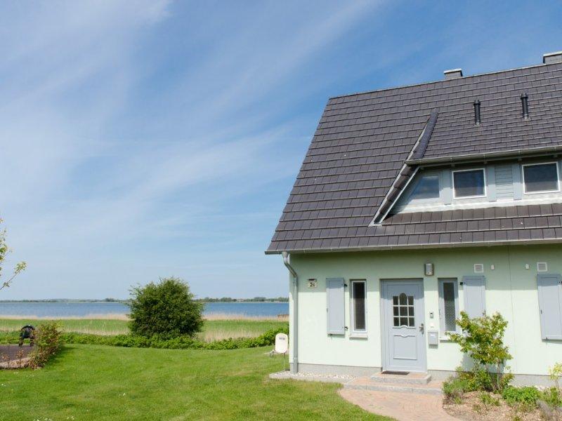 Wasserblick, 1 A Lage mit Blick auf Wasser und Hafen, Sauna, Kaminofen, WLAN, holiday rental in Neuenkirchen