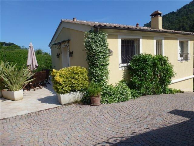 Menton gorbio jolie maison récente, au calme, équipée linge de maison inclus, holiday rental in Castillon
