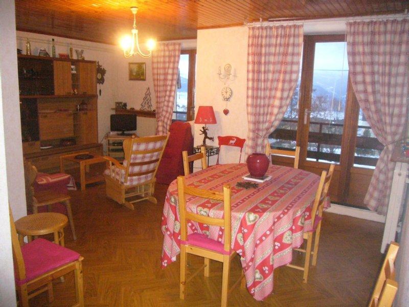 Bel appartement plein sud avec balcon dans agrèable résidence., holiday rental in Saillagouse