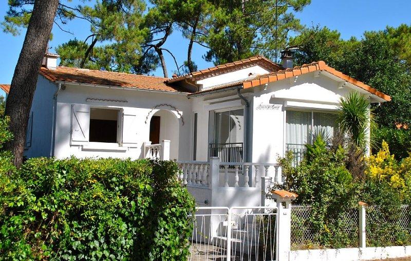 ROYAN Ravissante maison dans les pins à 3 minutes de la plage, quartier du Parc, holiday rental in Royan