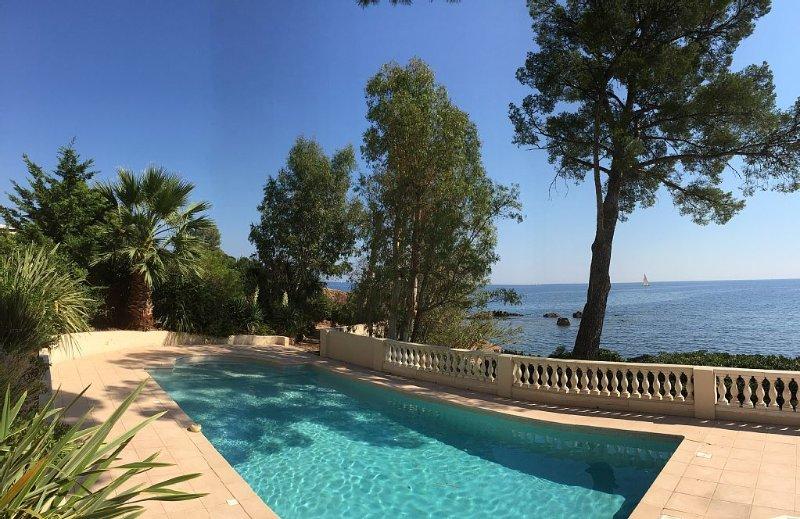 Appartement luxueux pieds dans l'eau avec terrasse vue sur mer, holiday rental in Saint-Raphael