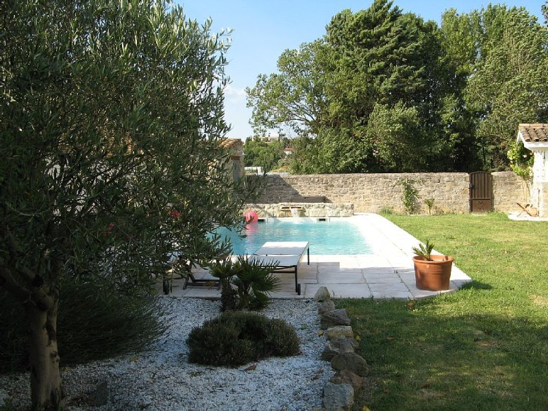 MAGNIFIQUE MAISON DE CHARME...RARE piscine paysagée et jardin luxuriant, Ferienwohnung in Aragon