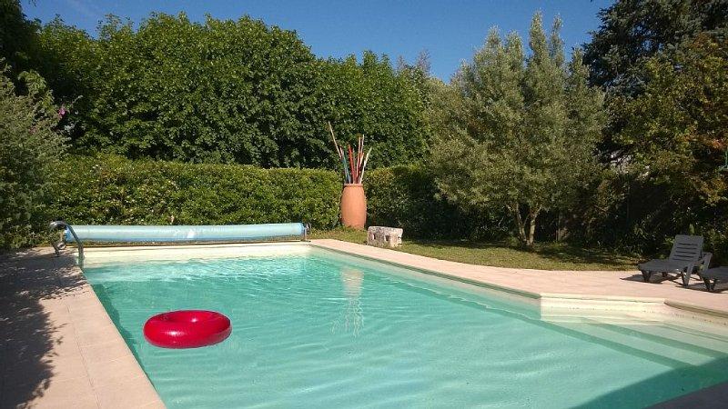 LA CAMPAGNE EN VILLE à SAINTES. Piscine privée chauffée. En bord de Charente ., vacation rental in Taillebourg