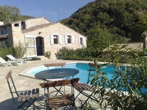 Maison en pierre avec piscine privée, au calme, idéal en famille pour visiter., casa vacanza a Le Teil