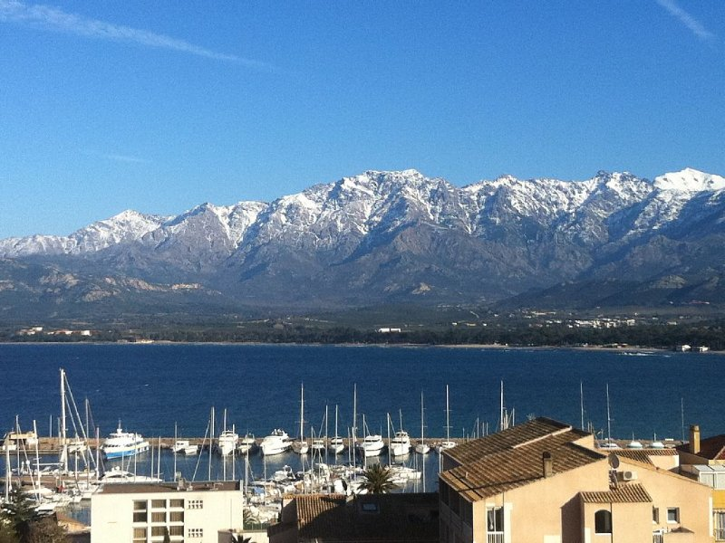 Appartement 93m² climatisé  6 couchages, vue baie Calvi, citadelle et montagne., vakantiewoning in Calvi