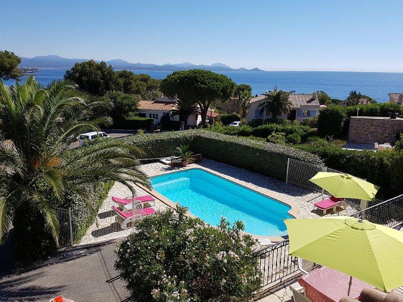 Belle villa vue à 180° et 200 mètres de la mer, piscine chauffée, holiday rental in Les Issambres