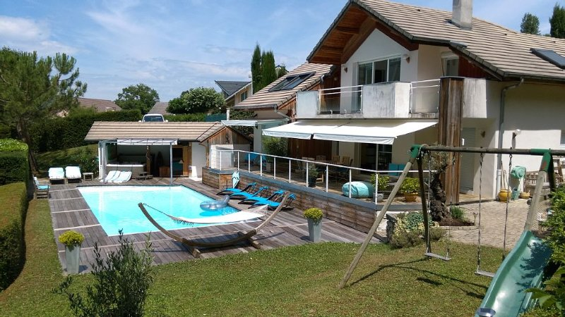 APARTMENT IN VILLA T2 INDEPENDENT ACCESS AREA LAKE VIEW POOL SPA SAUNA, holiday rental in Savoie