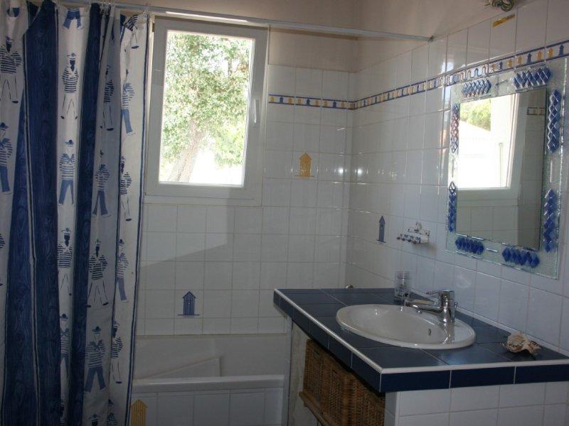 Un baño con inodoro y otro inodoro independiente.