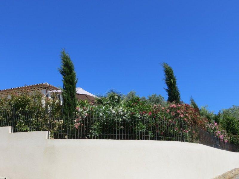Proche Cannes DEUX PIECES INDEPENDANT, NEUF, CLIMATISE, location de vacances à Alpes Maritimes