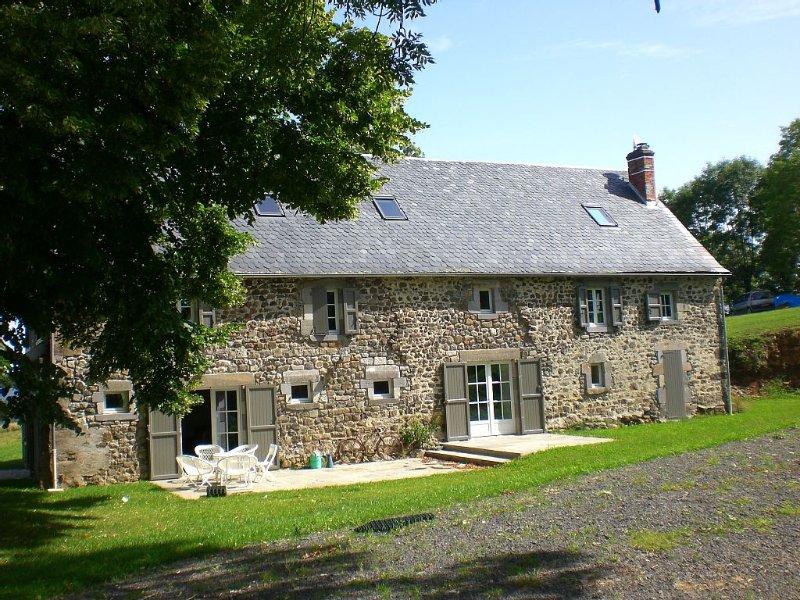 Belle maison en pierre rénovée avec vue sur la montagne et la nature., holiday rental in Margerides