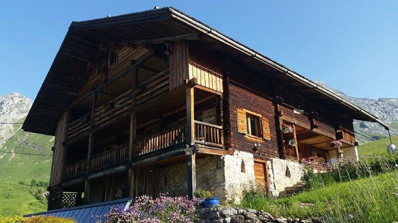 Location dans vieille ferme d'alpage de 1688, casa vacanza a Le Grand-Bornand