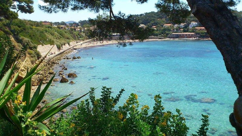 VILLA SANARY-SUR-MER AU CALME- PLAGE DE PORT-ISSOL  A 2 MINUTES A PIED-, location de vacances à Sanary-sur-Mer