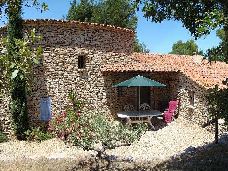 Mas de charme en provence tout confort, piscine chauffée et grand terrain calme, holiday rental in Murs