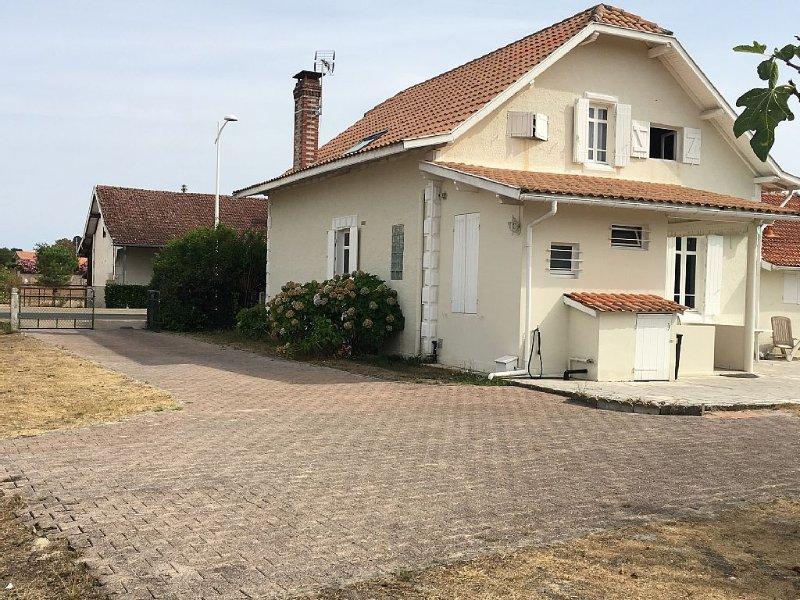 Maison de Famille, avec jardin clôturé, 5 Chambres, maxi 12 couchages, location de vacances à Biscarrosse