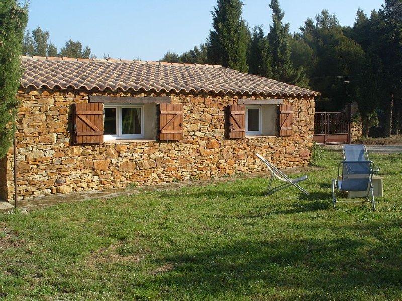 Mas provençal en pierre au coeur d'un champ d'oliviers,2000m2 de terrain calme, vacation rental in Ceyreste