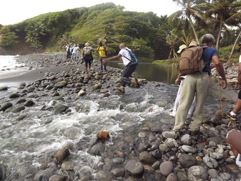 Nord de l'île : randonnée, entre rivière à droite et mer, à gauche...