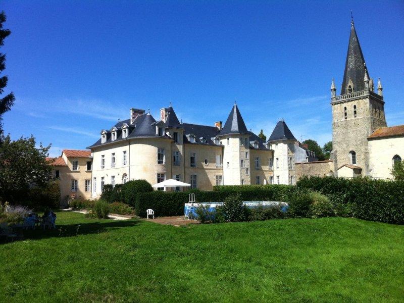 Château à proximité du Puy du Fou, au coeur du bocage vendéen, holiday rental in Mauleon