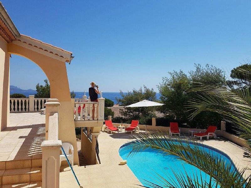 Villa avec piscine chauffée, 400 mètres à pied de la plage, vue panoramique, holiday rental in Les Issambres